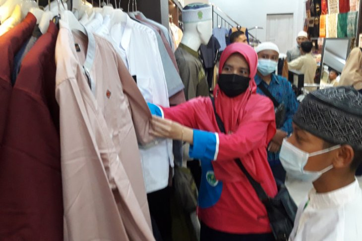 Nasyi'atul Aisyiyah Kalbar - YBM PLN ajak 100 anak belanja pakaian Muslim