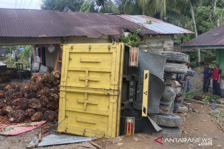 Truck angkut sawit terbalik dan hantam rumah di Abdya