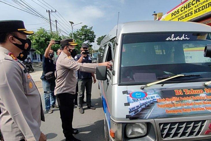 Ratusan kendaraan dipaksa putar balik arah di perbatasan Kediri-Kota Batu