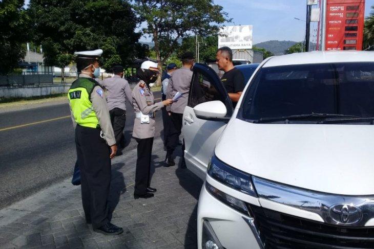 Polisi Situbondo paksa empat mobil pemudik untuk putar balik