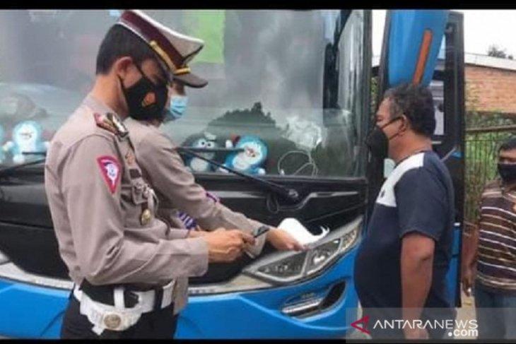 Ratusan kendaraan pemudik dicegat dan harus putar balik sebelum masuk Jambi (video)