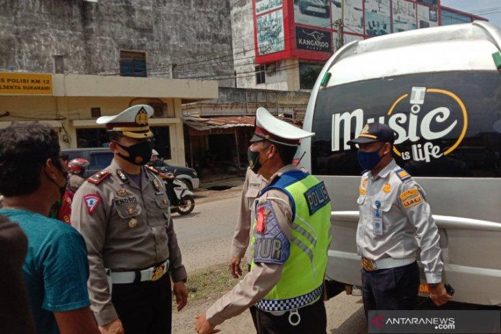 Ratusan kendaraan hendak masuk Kota Palembang diputar balik