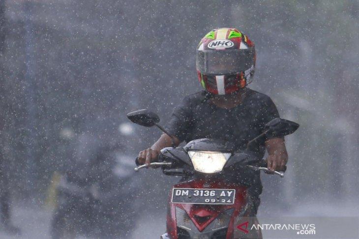 Hujan lebat  diprakirakan mengguyur sebagian wilayah Indonesia