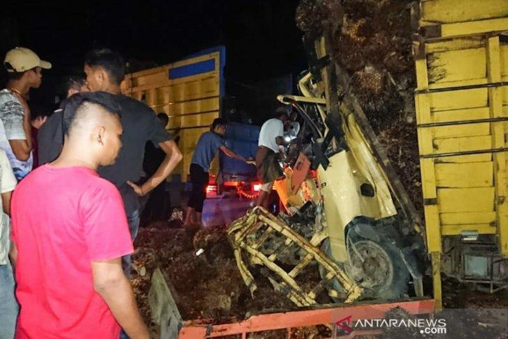 Sopir truk terjepit usai hantam tronton di Aceh Timur