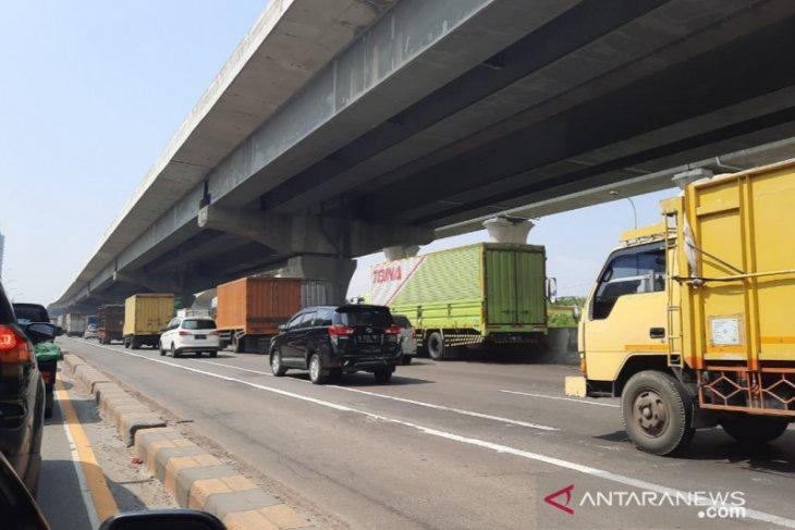 Arus kendaraan di titik penyekatan mudik KM 31 arah Cikampek lancar (video)
