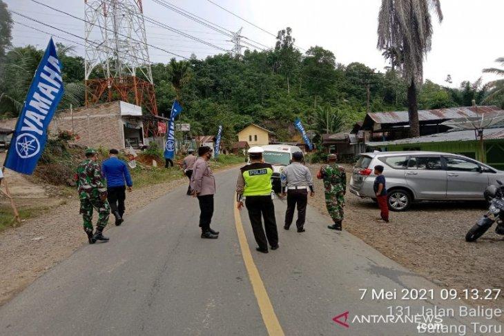 Petugas penyekatan mudik Parsariran Tapsel 'usir' dua unit mobil plat luar daerah