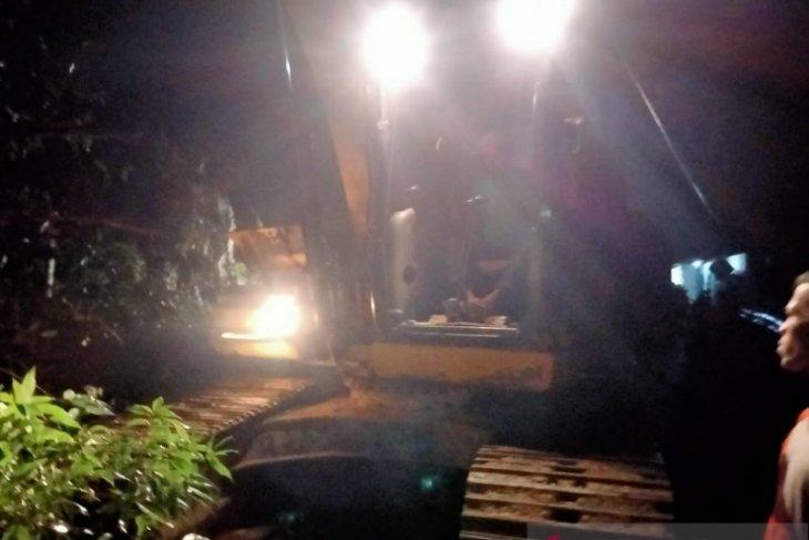 Jalan lintas barat Riau-Sumbar putus karena longsor
