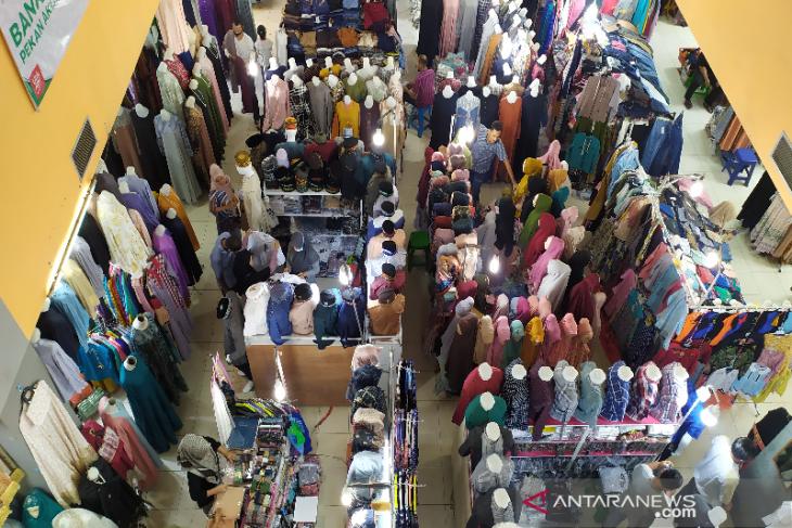 Jelang lebaran, pusat perbelanjaan di Banda Aceh dipadati pembeli