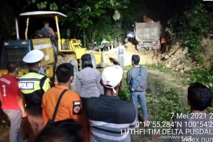 Longsor di Jalan Sumbar-Riau, listrik di 15 desa terputus