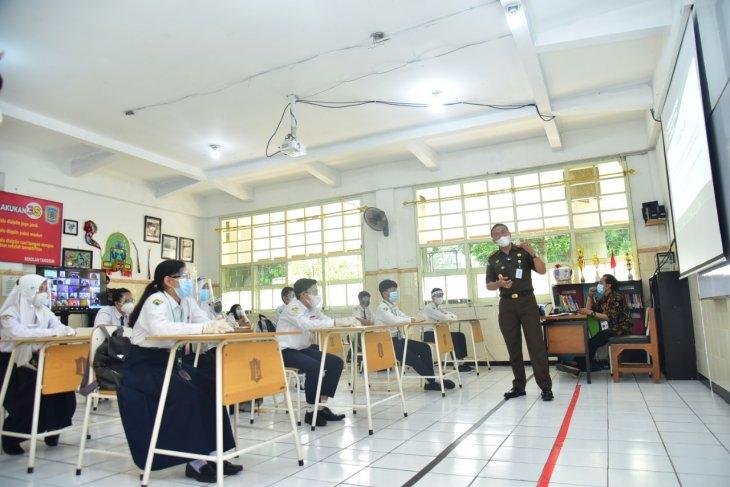 Kajari Tanjung Perak jadi guru simulasi sekolah tatap muka di SMPN 1 Surabaya