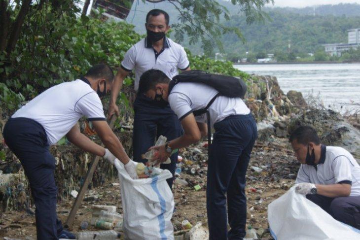 Lantamal IX Ambon bersihkah pesisir Teluk Ambon bagian dalam