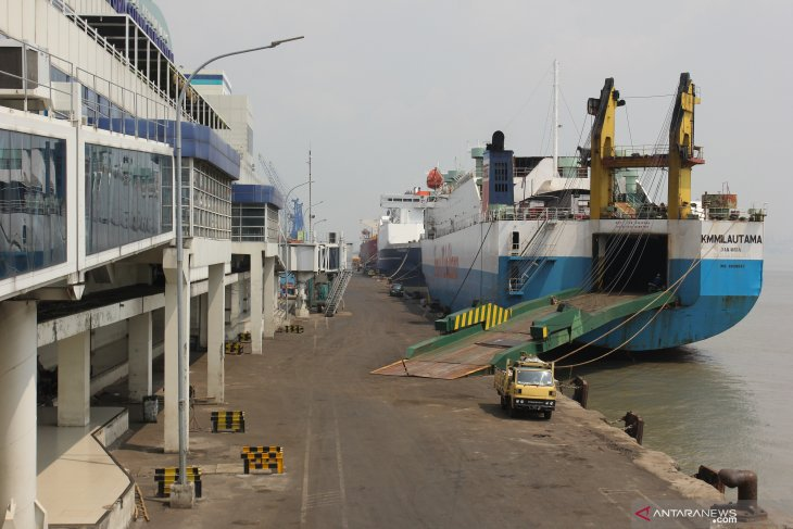 Pelabuhan Tanjung Perak lengang