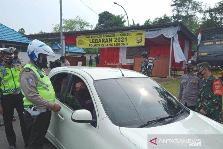 Petugas halau lima kendaraan pemudik di Rejang Lebong