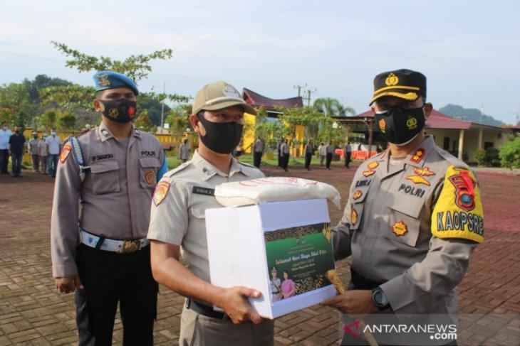 Kapolres Tapteng bagikan paket lebaran kepada personel dan wartawan