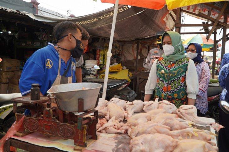 Ning Ita sidak prokes dan stabilitas komoditas di Mojokerto jelang Lebaran