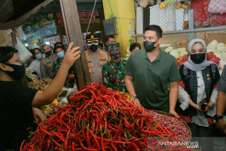 TNI/Polri di Medan awasi prokes di pusat pasar jelang Lebaran