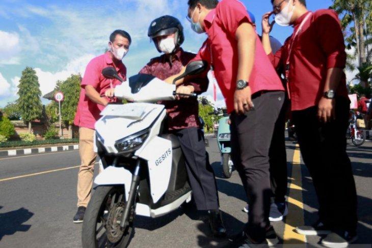 Bupati Klungkung bawa sepeda motor listrik ke kantor