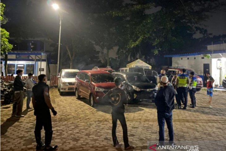 Petugas gabungan putar balik puluhan kendaraan pemudik di Puncak