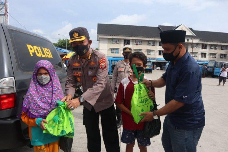 Humas Polda Malut - wartawan bagi bingkisan ke anak pekerja serabutan di Ternate