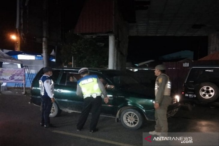 Petugas penyekatan mudik di Tapsel paksa lima mobil putar balik