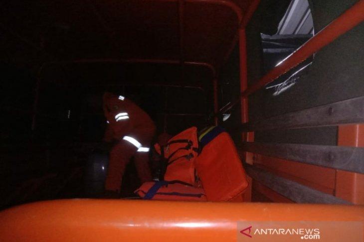 Tim SAR mencari seorang warga  hilang terseret arus sungai