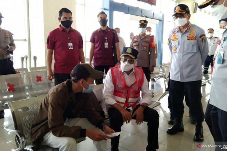 Belasan calon penumpang diitolak masuk  terminal di masa larangan mudik