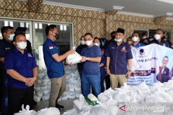 Martin Manurung serahkan 2.000 paket Lebaran ke DPD NasDem Tapteng untuk dibagikan