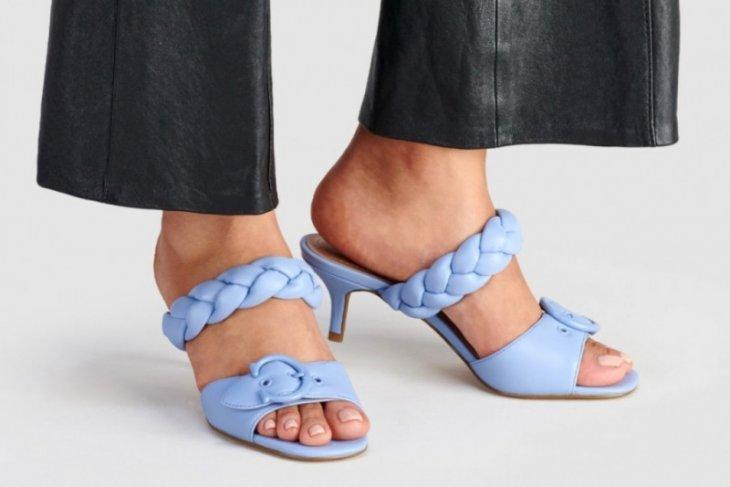 Coach rilis sandal Mollie warna-warni