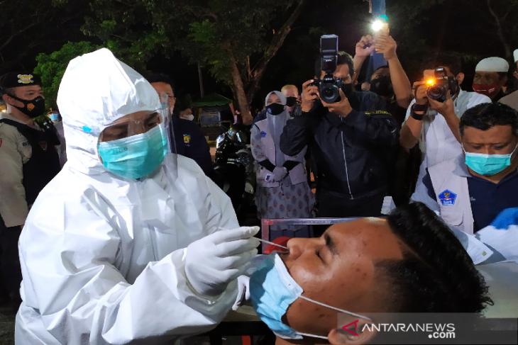 Pengunjung warkop di Banda Aceh dites rapid antigen