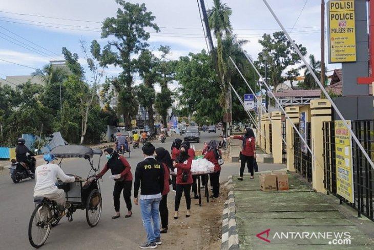Bhayangkari dan Anggota Reskrim Polres HST kompak bagikan takjil