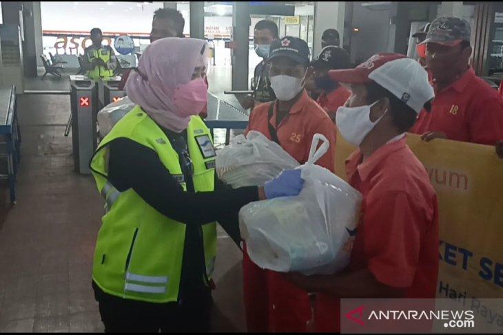ASDP bagikan ribuan paket sembako untuk porter dan pengguna jasa di Pelabuhan Merak