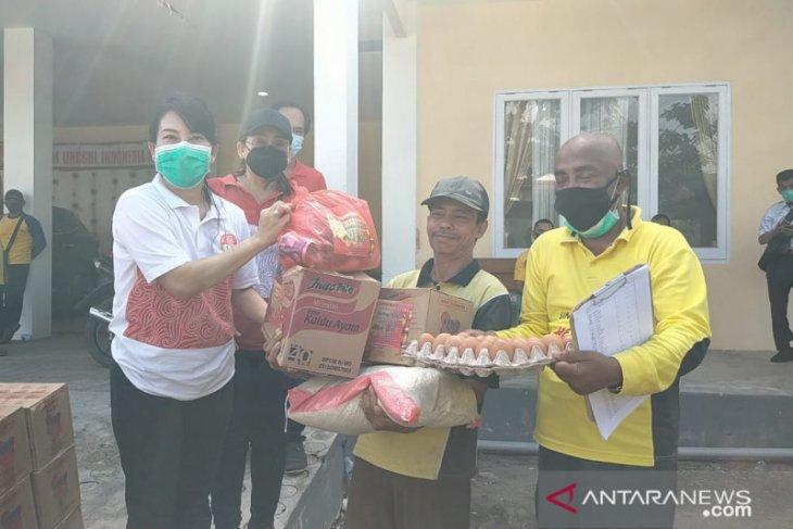 Tjhai Chui Mie bagikan paket sembako untuk 276 petugas kebersihan