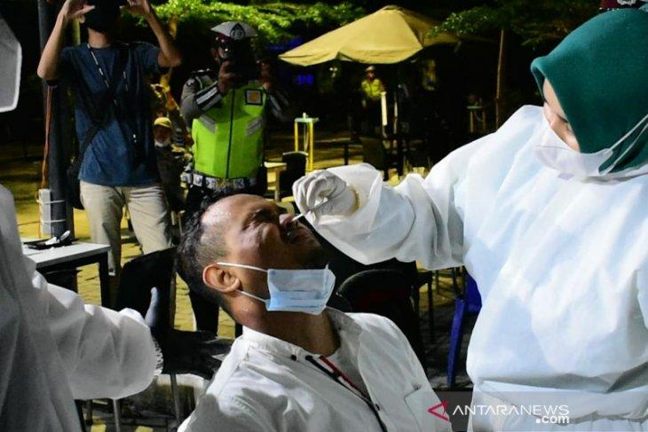 Terjaring operasi, puluhan pelanggarprotokol kesehatan jalani tes COVID-19
