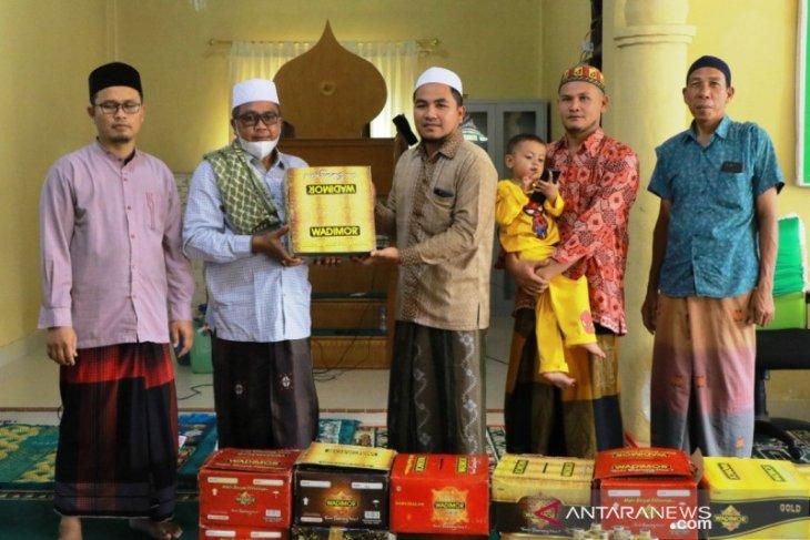 Bupati Aceh Barat bagikan kain sarung kepada ratusan jamaah Suluk