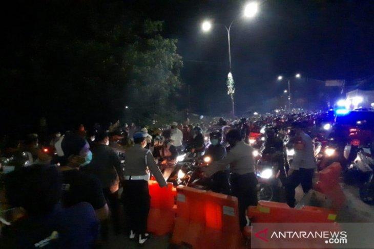 Polda Metro kerahkan ratusan personel tambahan di titik sekat Bekasi (video)
