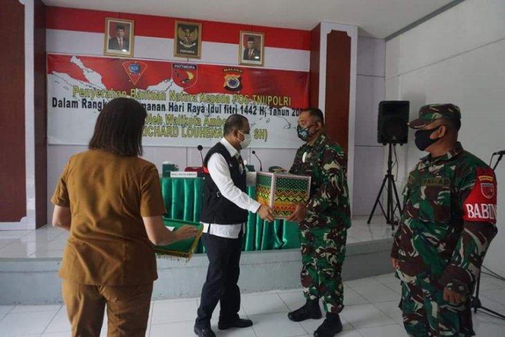 Pemkot Ambon serahkan paket kebutuhan pokok bagi TNI Polri