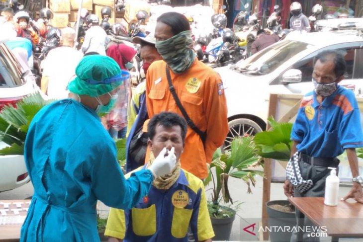 100 pedagang dan pengunjung  Pasar Kebon Kembang kota Bogor jalani tes swab antigen