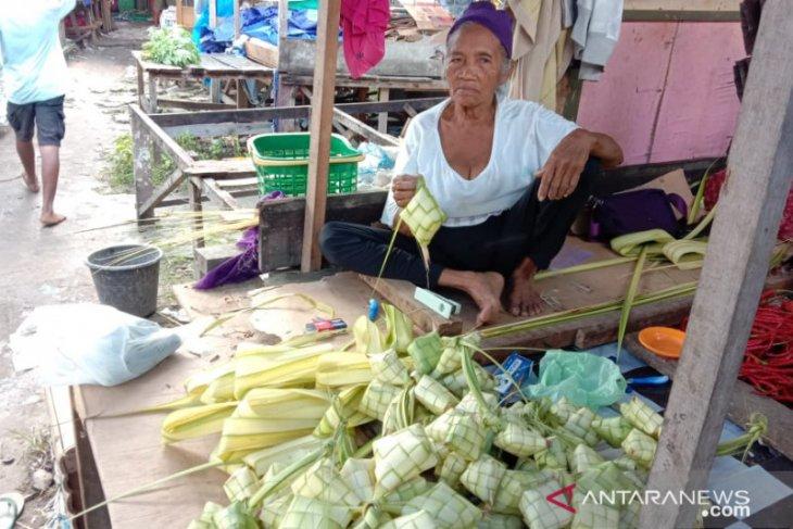 Pedagang anyaman ketupat di Ambon panen rezeki jelang Idul Fitri