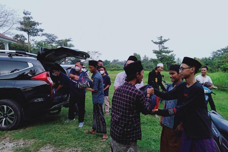 IKA Unpad Komda Banten salurkan bantuan bagi yatim dan santri salafi