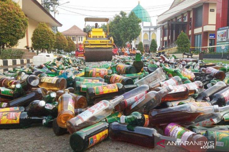 Polres Bogor musnahkan 50.894 botol minuman keras (video)
