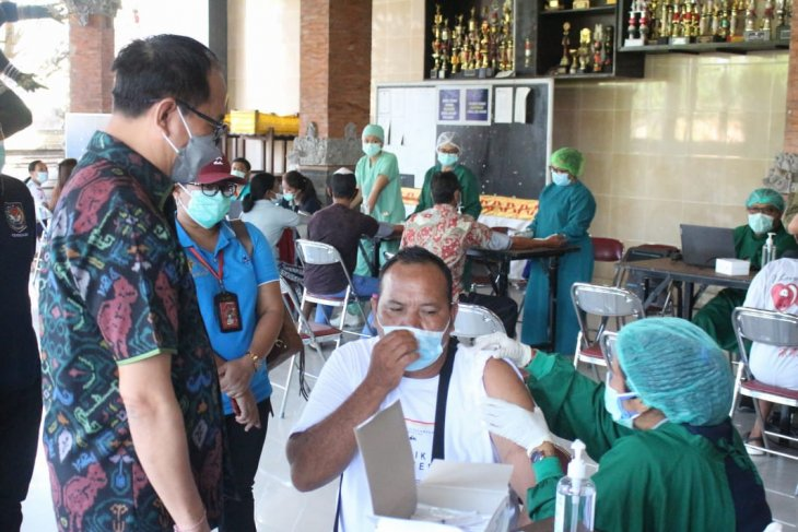 Badung apresiasi dedikasi staf kesehatan layani vaksinasi COVID-19