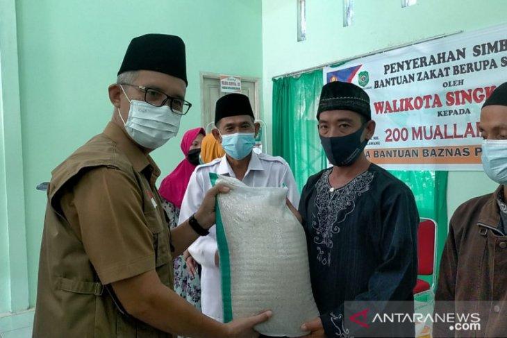 Baznas Kota Singkawang serahkan sembako untuk 200 mualaf