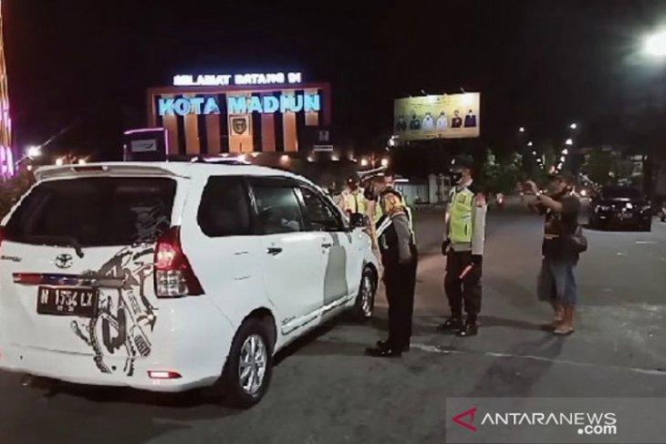 Puluhan kendaraan diminta putar balik di titik penyekatan masuk Madiun