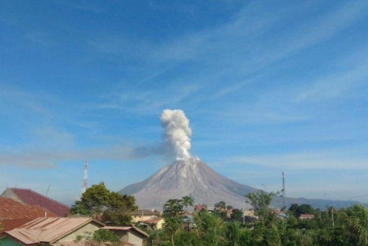 Gunung Sinabung tiga kali semburkan abu  vulkanik ke arah barat
