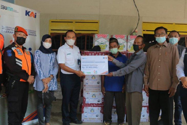 KAI bagikan 153 bantuan paket sembako di Madiun dan Kediri