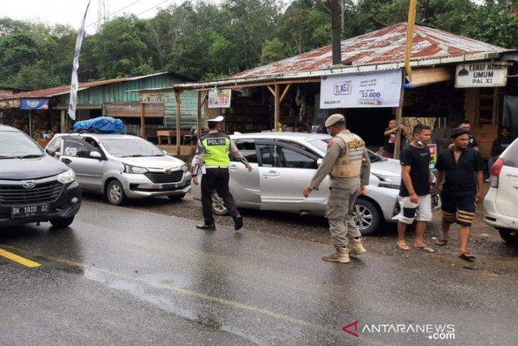 Dari Pos Penyekatan Pal XI Tapsel, petugas putar balik enam mobil pribadi