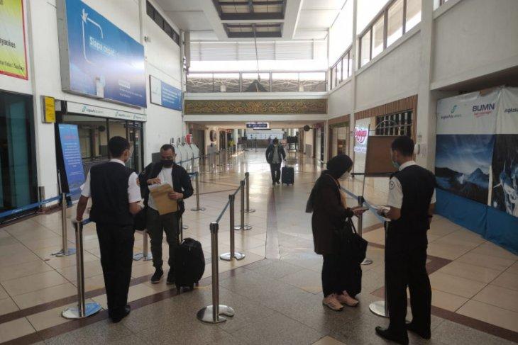 Penumpang  di Bandara Juanda terpantau sepi
