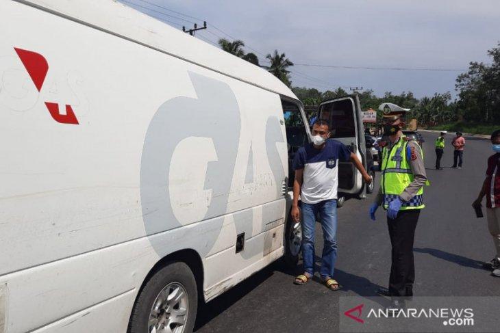 Kendaraan berplat nomor luar Jambi dihentikan di perbatasan, pengemudi wajib tunjukkan KTP dan surat bebas COVID-19