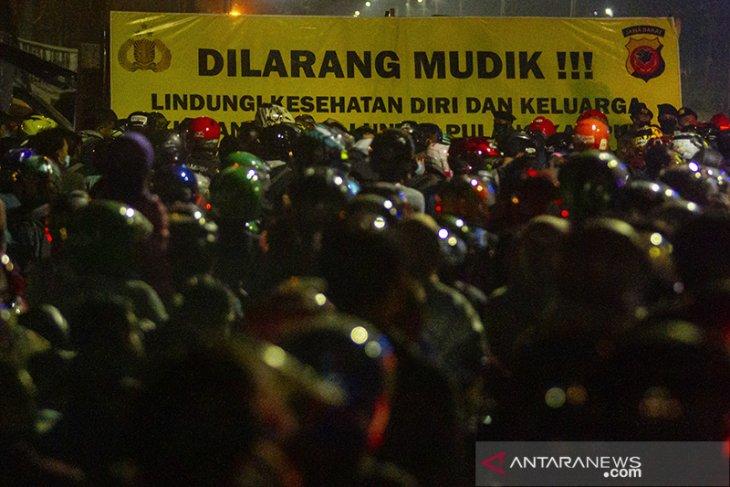 Pemudik motor terjebak kemacetan di Subang