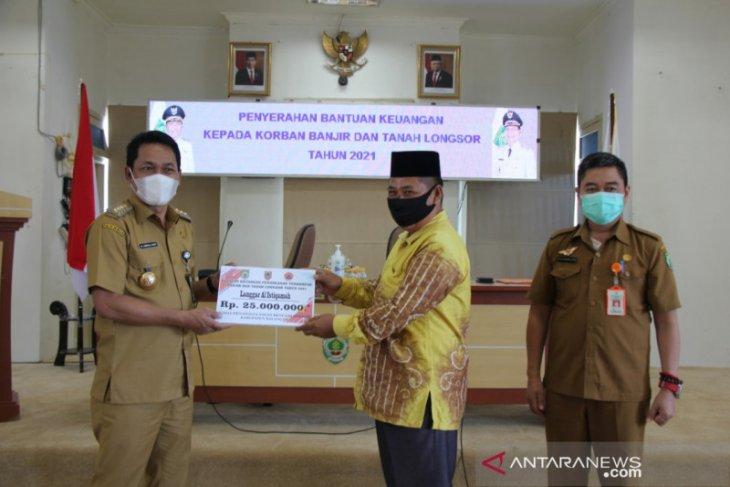 Bupati serahkan bantuan Rp500 juta untuk penanganan banjir dan longsor